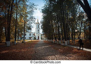Vieja iglesia en Kremlin de Dmitrov