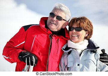 Vieja pareja esquiando