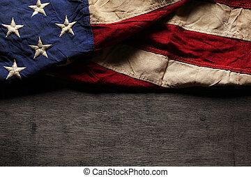 Vieja y desgastada bandera americana para el día de la conmemoración o el 4 de julio