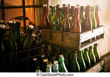 Viejas botellas de cerveza en cajas de madera
