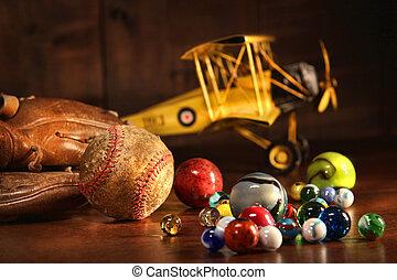 Viejo béisbol y guante con juguetes antiguos
