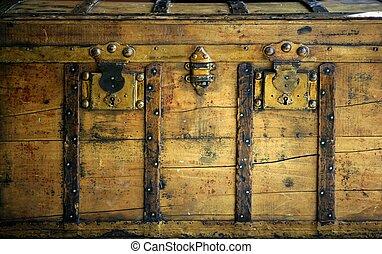 Viejo cofre de madera, baúl de color dorado