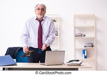 viejo, empleado, hombre de negocios, quiebra, concepto