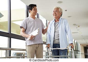 viejo, rehabilitación, asiático, terapeuta, hombre, centro, físico, hablar