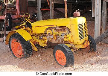Viejo tractor amarillo