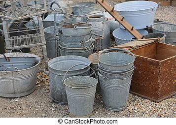Viejos cubos de lata a la venta en el mercado de pulgas y antigüedades