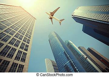 Viendo aviones volando sobre los edificios modernos de oficinas urbanas en Shangai