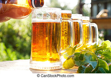 Vierte cerveza en una taza