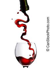 Vierte vino tinto en copa de cristal aislado en blanco