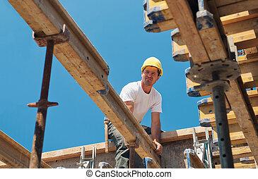 vigas, construcción, colocación, trabajador, formwork