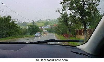 Visión de carretera en la lluvia fuerte