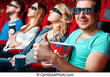 Visitante de cine mostrando clase