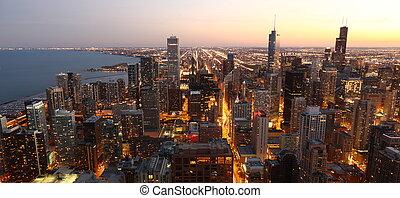 Vista al centro de Chicago / EE.UU. desde lo alto en el crepúsculo