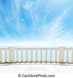 Vista al mar desde un balcón bajo el cielo nublado