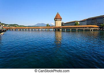 Vista al puente Chapel sobre el río Reuss en Luzern (Lucerne).
