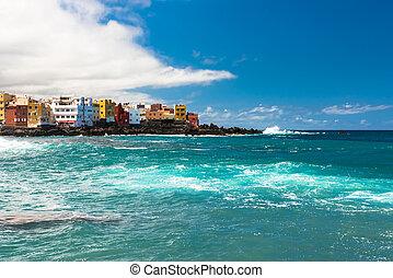 Vista de casas coloridas de punta brava de playa Jardin en Puerto de la Cruz, Tenerife, Islas Canarias, España