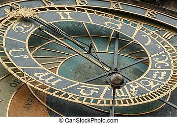 Vista de cerca del viejo reloj astronómico del ayuntamiento