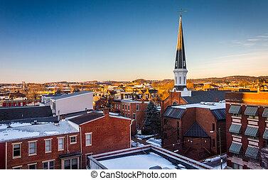 Vista de edificios en York, Pennsylvania desde un estacionamiento.