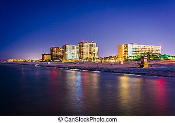 Vista de hoteles en la playa y la playa desde el muelle de pesca