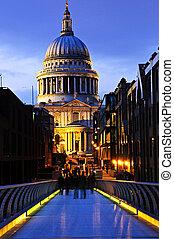 Vista de la catedral de San Pablo en Londres desde el puente del milenio por la noche