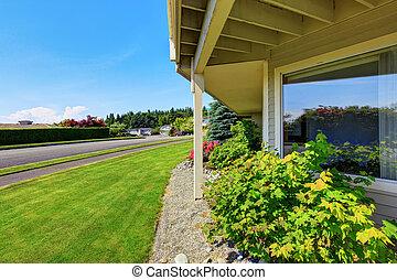 Vista de la entrada cerca de la casa americana de lujo exterior.