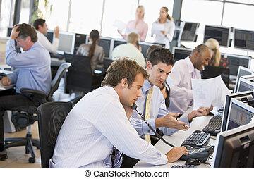 Vista de la oficina de comerciantes de acciones ocupados