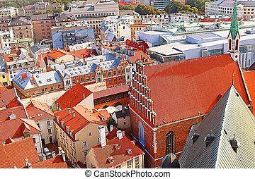 Vista de la vieja ciudad y la iglesia de San Juan, riga, Letonia