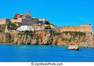 Vista de los muros de Dalt Vila, el viejo pueblo de Ibiza, en Ibiza, islas balearicas, España