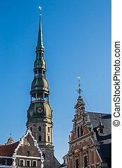 Vista del campanario de la iglesia de St. Peter en riga