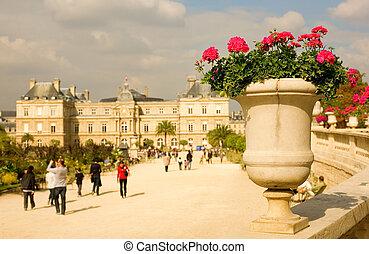 Vista del jardín de lujo en París, Francia
