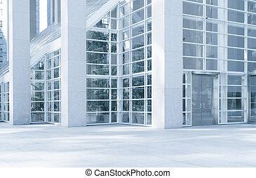 Vista del moderno fragmento de edificio de oficinas de color azul contemporáneo