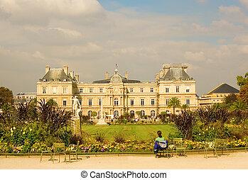 Vista del palacio de lujo en el jardín de lujo, París, Francia