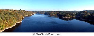 Vista desde un puente en el río