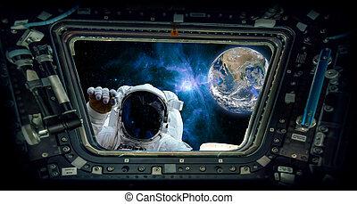 """Vista desde una ventana espacial con un astronauta golpeando y la tierra """"Elementos de esta imagen provista por la NASA"""""""
