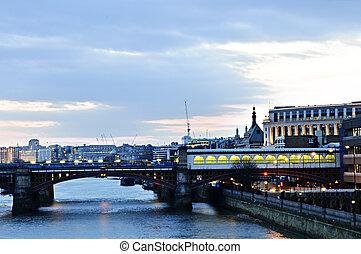 Vista en el río Támesis por la noche, Londres