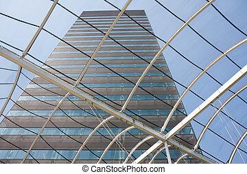 Vista en un edificio de oficinas desde el vestíbulo con techo de cristal
