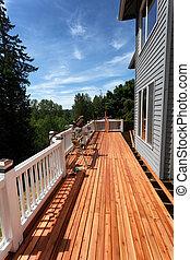Vista lateral de una cubierta de madera al aire libre remodelada durante la temporada de primavera
