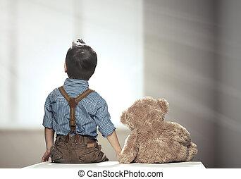 Vista trasera del niño con oso