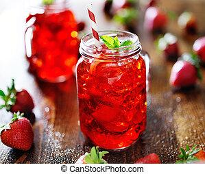 Vivid cóctel de fresa roja en un frasco