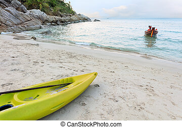 Vivid kayak en la arena