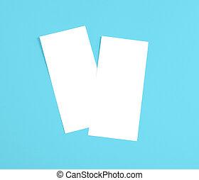 Volador en blanco sobre fondo azul para reemplazar tu diseño.