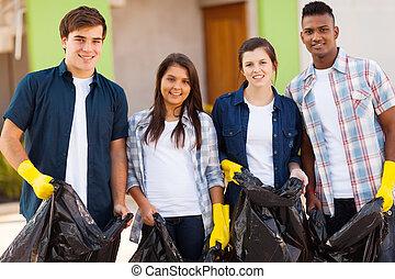 Voluntarios adolescentes con bolsas de basura