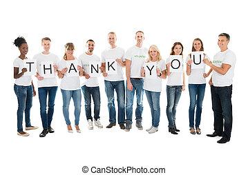 Voluntarios confiados que muestran agradecimiento