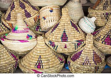 Wicker tajines en el mercado, Marruecos