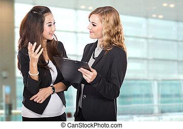 wtih, mujer de negocios, dos, joven, portapapeles, discutir