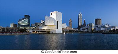 XXXL en el centro de Cleveland después del atardecer