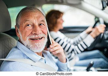 yendo, feliz, coche, sentado, 3º edad, smartphone, trip., pareja