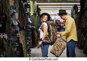 yendo, tienda, ropa de deporte, pareja, viaje