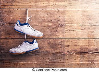 Zapatos deportivos en el suelo