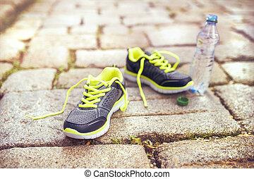 Zapatos y una botella de agua